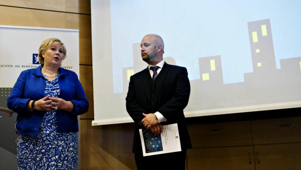 LA FRAM TILTAKSPLAN: Statsminister Erna Solberg (H) og justis- og beredskapsminister Anders Anundsen (Frp) la fram sin tiltaksplan mot voldelig ekstremisme på Politihøgskolen i Oslo. Foto: Anette Karlsen / NTB Scanpix