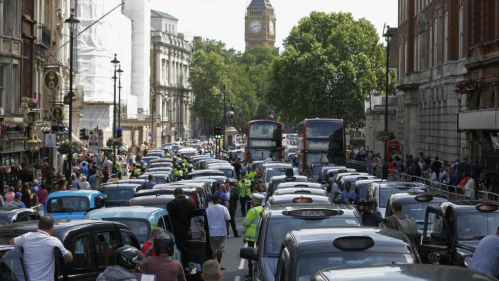 VIL TIL NORGE: Selskapet som har hisset på seg europiske drosjesjåfører, snuser på Norge og har i den forbindelse hyret inn rådgivningsselskapet First House. Bildet viser taxisjåførenes protest mot selskapet i London onsdag. Foto: Luke MacGregor / Reuters