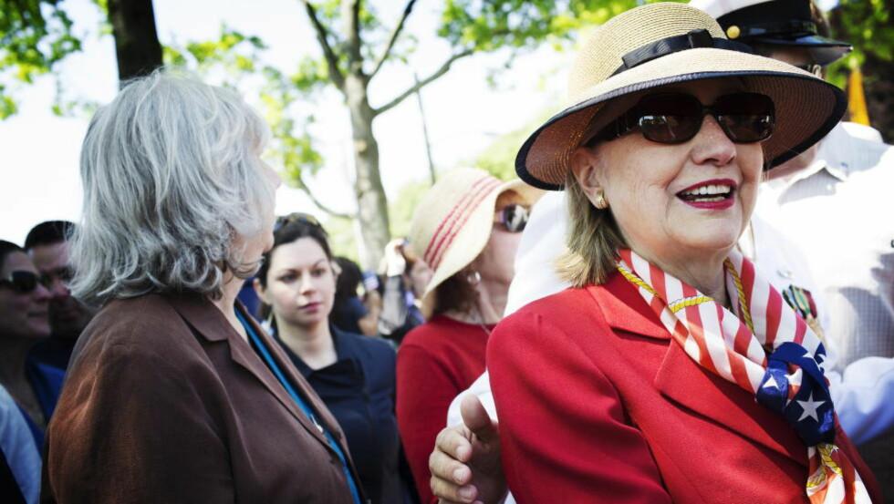 SER FRAMOVER:  Hillary Clinton mottas som en politisk superstjerne i USA, men offisielt har hun ikke bestemt seg for om hun vil stille som presidentkandidat i 2016. Foto: Linus Sundahl-Djerf / NTB Scanpix