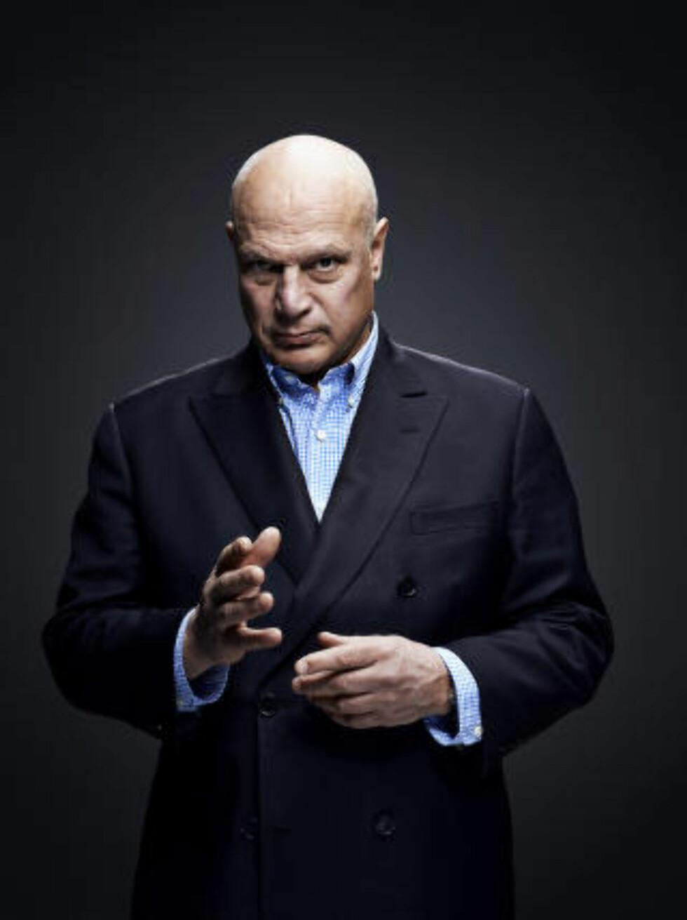 SKAPT DEBATT: Programleder Robert Aschberg har identifisert og konfrontert svenske nett-troll i beste sendetid på tv. Foto: TV3