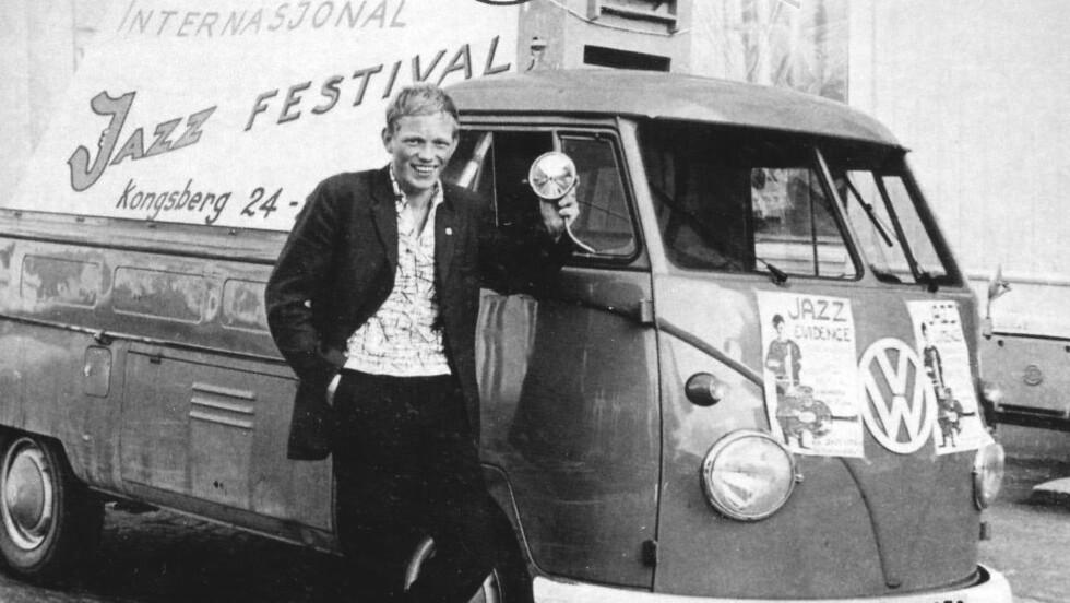 STARTEN: Festivalmedarbeider Jan Mosebekk i 1965 ved Kongsberg Skifabrikks VW-pickup. Bilen ble «rekvirert» av Kjell Gunnar Hoff, festivalgründer og sønn av skifabrikkens direktør, og ble brukt av festivalen til utpå 70-tallet. I disse periodene var skifabrikken uten bil. Hoff kom på denne  måten til å knytte den gryende festivaltradisjonen sammen med Kongsbergs stolte skihistorie. Bildet pryder forsida på årets jubileumsprogramhefte. FOTO: PRIVAT