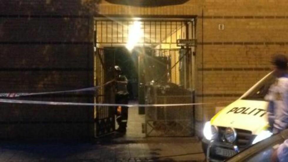 JAKTER GJERNINGSMANN: Politiet sperret av inngangen til adressen hvor imamen ble angrepet.  Foto: Kjetil Magne Sørnes / Dagbladet