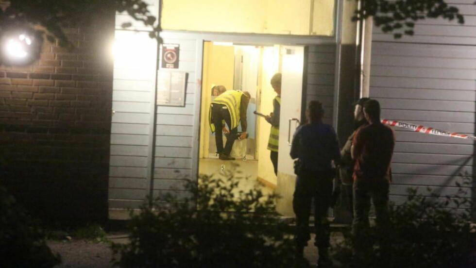 SIKRER SPOR:  Politiet og krimteknikere sikrer spor etter at en imam ble angrepet da han var på vei til kveldsbønnen. Foto. Frank Karlsen/Dagbladet