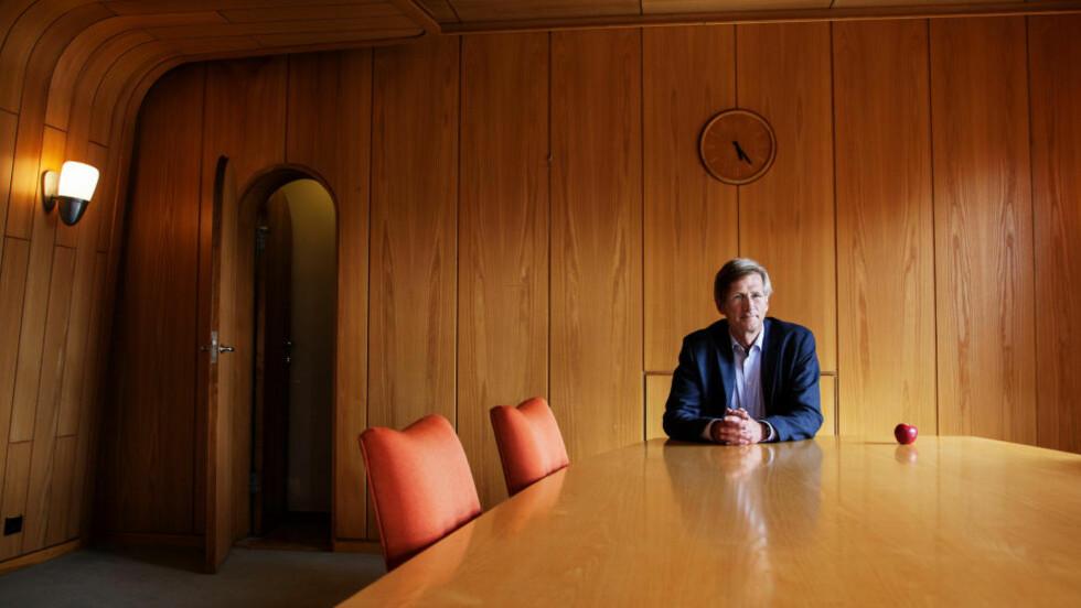 MELLOM BARKEN OG VEDEN: Til høyre for Birger Magnus, i det gamle styrerommet hos NRK, fører en liten dør inn til en hemmelig trapp opp til kringkastingssjefens kontor. Opposisjonen på Stortinget.frykter at kulturdepartementet har laget en plan for å svekke NRK, som Magnus får jobben å gjennomføre. - Jeg har ikke hørt om en slik plan, sier han. Foto: LARN MYHREN HOLAND