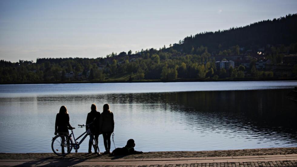 DER DET HELE STARTET: Her i Østersund, ved innsjøen Storsjön i Badehusparken, går mor og døtre ofte tur. Her ble også Maria kjent med han som ble ektemannen hennes. De gikk på sosialhøgskolen sammen. Foto: JØRN H. MOEN
