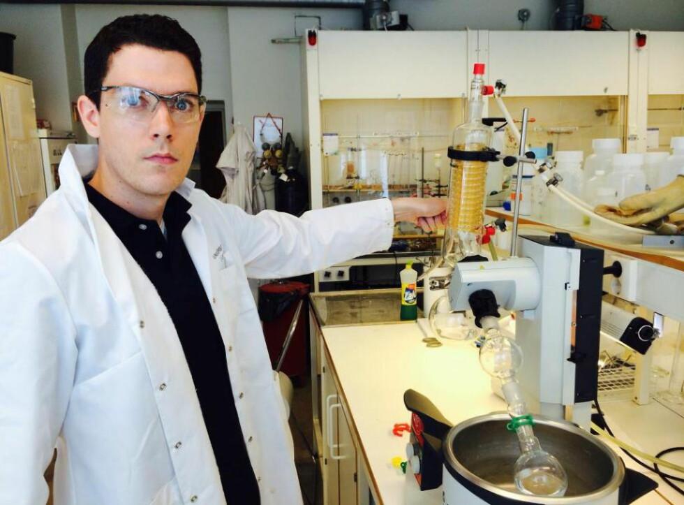 GJENNOMBRUDD: Stipendiat Marius Aursnes (32) som fredag disputerer med sin doktorgradsavhandling ved Universitetet i Oslo har laget et molekyl som har vist seg å bremse utviklingen av sykdommer som Parkinson og Alzheimer. Foto: Asle Hansen
