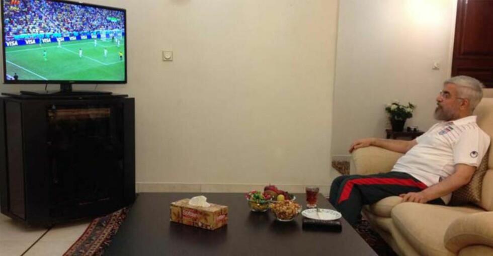 <strong>HISTORISK:</strong> Irans president Hassan Rouhani la i går ut på sin offisielle Twitter-konto et bilde som viser at han følger Iran i fotball-VM. Med snacks, te og iført joggebukse, viser bildet Vesten at Iran er en normal stat.