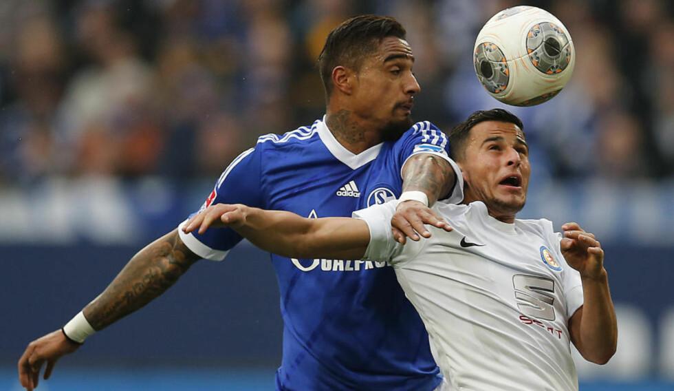 FORLATER TYSKLAND: Omar Elabdellaoui i kamp for Eintracht Braunschweig mot Schalkes Kevin-Prince Boateng. Foto: Frank Augstein, AP / NTB Scanpix