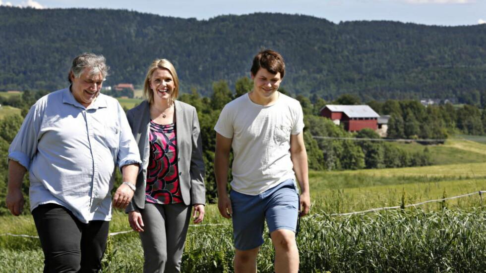 BEFARING: Landbruksminister Sylvi Listhaug på besøk på Trolsrud gård, som drives av Arnstein Grill Fasting (57) og sønnen Claus Fredrik (17) i Sande i Vestfold. Foto: Jacques Hvistendahl / Dagbladet