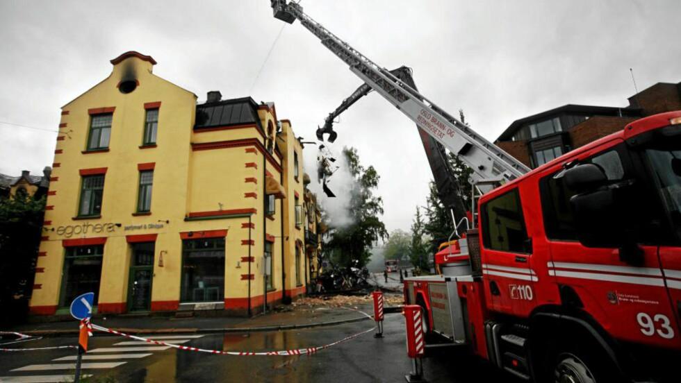<strong>RIVING:</strong> I 2008 måtte brannvesenet rive taket av Vinderen-bygningen som da hadde brent i halvannet døgn. Næringsbygget huser blant annet Jeppes Kro og er et landemerke i bydelen. Foto: Carl Martin Nordbye / Scanpix