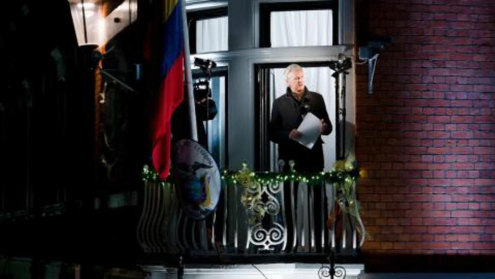 TALTE FRA AMBASSADEN: Her taler WikiLeaks-grunnlegger Julian Assange fra Ecuadors ambassade i 2012. Foto: AFP Photo/NTB Scanpix