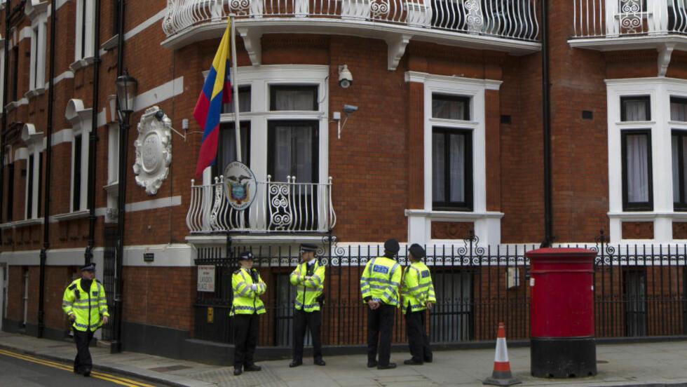 60 MILLIONER: Julian Assange har vært på innsiden av Ecuadors ambassade i London i to år i dag. Politivaktholdet har kostet britene over 60 millioner kroner. Foto:AP Photo/Sang Tan/NTB Scanpix