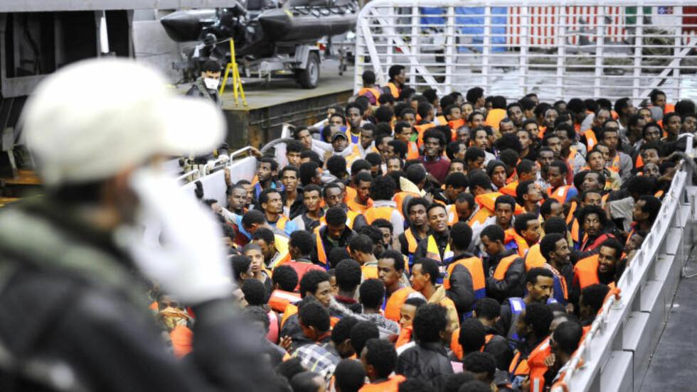 MED LIVET SOM INNSATS:  Hver uke må italienske kystskip redde desperate flyktninger som gjør alt for å komme til Europa. Mange av dem mister livet på veien. Foto: Giorgio Perottino/Reuters/Scanpix