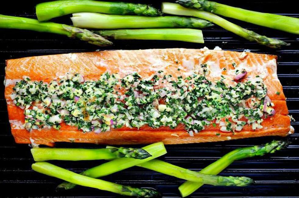 GRILLET LAKSEFILET MED SYRLIG TOPPING: Med grønne asparges som tilbehør er dette både delikat og veldig sunn sommermat. Foto: METTE MØLLER
