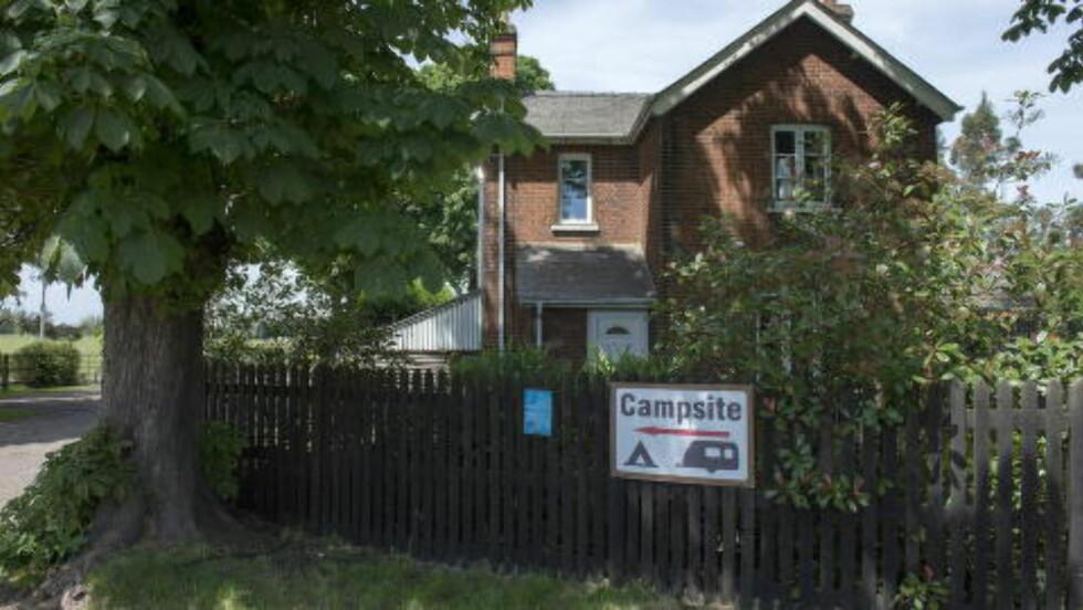 PÅ JORDET: Det britiske sikkerhetsselskapet CAS Global, som har kontoradresse (men ikke kontor) på denne campingplassen i Surrey, fortsetter å gi Forsvaret opplysninger som ikke lar seg verifisere.  Foto: Øistein Norum Monsen / DAGBLADET