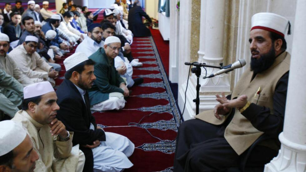 ÉN PERSON SIKTET: Imam Nehmat Ali Shah ledet id al-fitr feiringen sammen med rundt 5000 mennesker som besøkte Central Jamaat-e Ahl-e Sunnat moskeen i Oslo fredag. Mandag ble han knivstukket. Foto: Heiko Junge / NTB scanpix