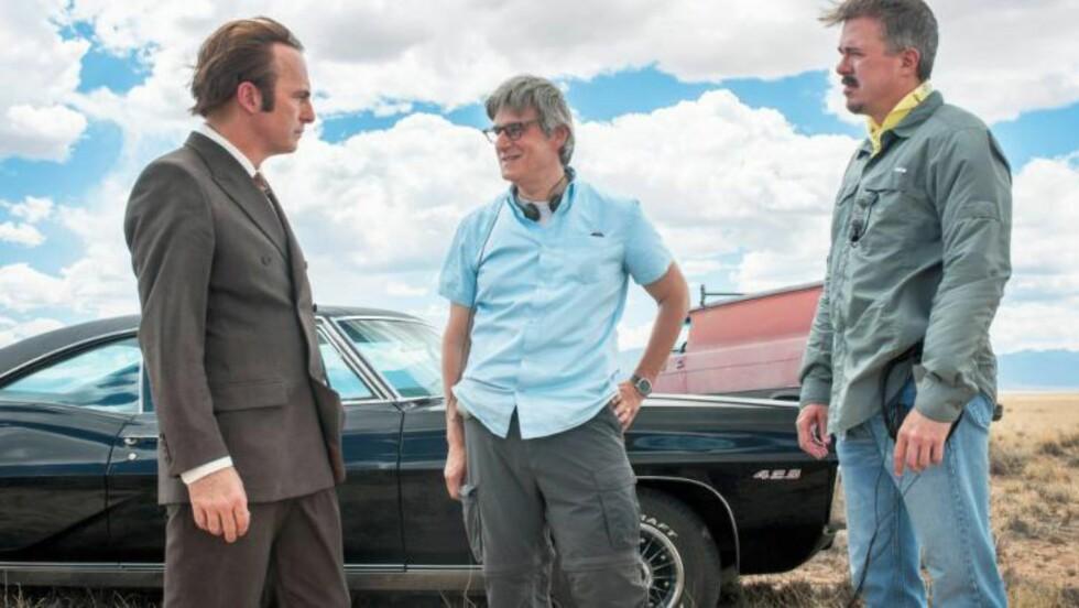 DET FØRSTE BILDET: Bob Odenkirk (til venstre), showrunner Peter Gould og produsent Vince Gilligan på settet til «Better Call Saul». FOTO: AMC