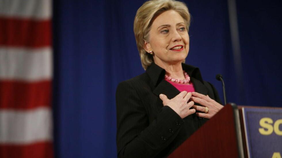 STILLER HUN? Her er Hillary Clinton under valget i 2008, da hun først stilte som demokratisk presidentkandidat mot Obama. Åtte år seinere er sjansen der igjen. Nå har hun skrevet en tjukk bok om valg, men vil ikke røpe om hun stiller. Foto: Halvor Elvik