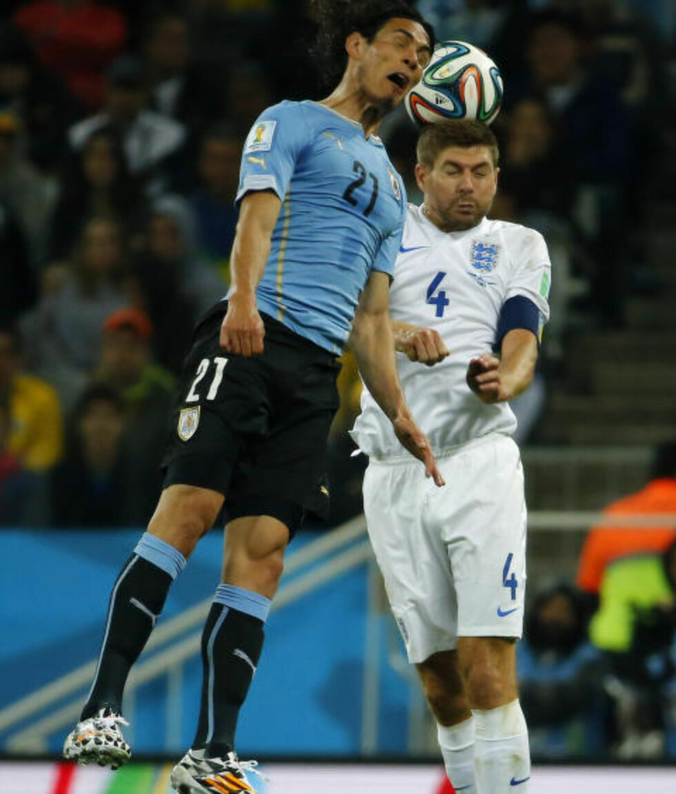 DUELL: Da Gerrard nikket ballen bakover havnet den hos Luis Suarez, som plutselig ikke var offside likevel. Foto: REUTERS/Laszlo Balogh / NTB SCANPIX