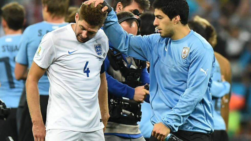 TUNG KVELD: Steven Gerrard (t.v) var utrøstelig etter tapet mot kompisen Luis Suarez og Uruguay. Foto: AFP  / BEN STANSALL / NTB SCANPIX