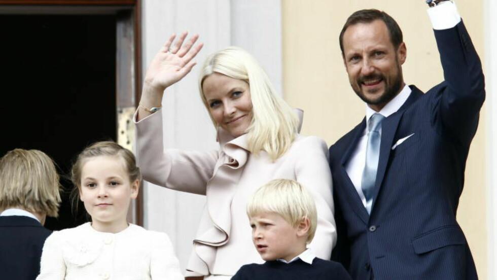 BEGYNNER PÅ NY SKOLE: Til høsten begynner prinsesse Ingrid Alexandra (10) på Oslo internasjonale skole på Bekkestua. Her sammen med resten av kronprinsfamilien. Foto: LISE ÅSERUD / NTB SCANPIX