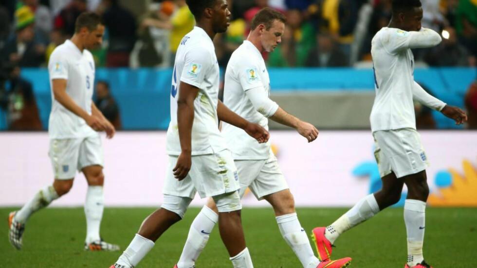 HJEM I SKAM: Daniel Sturridge (fra venstre), Wayne Rooney, Danny Welbeck og England er så å si ute av VM. BBC-ekspert Chris Waddle mener det skyldes at for få engelskmenn får spilletid i Prmeier League. Foto: EPA / DIEGO AZUBEL / NTB SCANPIX