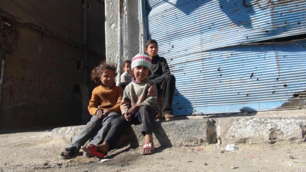 HARD BARNDOM:  Barna i Yarmouk er tredje- og fjerdegenerasjons flyktninger. Deres besteforeldre og oldeforeldre flyktet i sin tid fra Israel. De palestinske syrerne bor fremdeles i flyktningleire - og nå raser krigen i nabolaget. Krigen er nå inne i sitt fjerde år. Foto: UNWRA