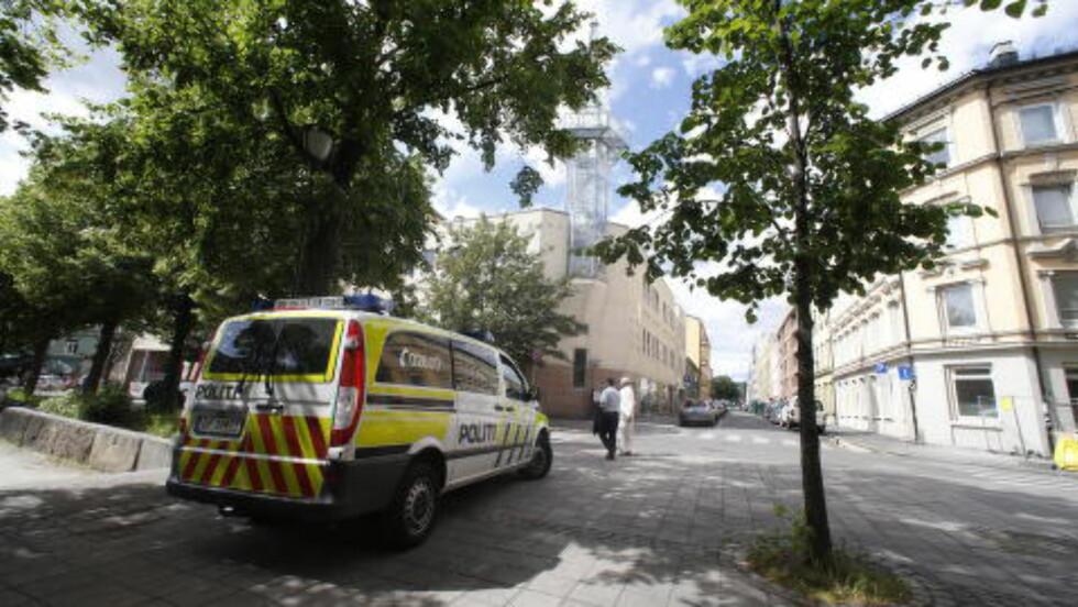 PATRULJE UTENFOR: Politiet hadde som varslet en patruljebil utenfor. Foto: Bjørn Langsem