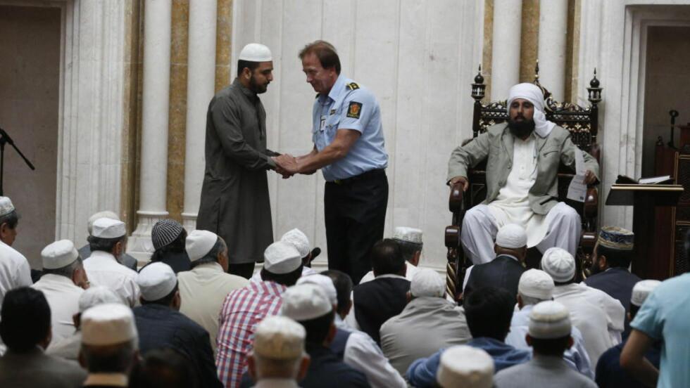 FØR FREDAGSBØNNEN: Erik Andersen tok ordet etter Jawad Haider, sønnen til imam Shah. Foto: Bjørn Langsem
