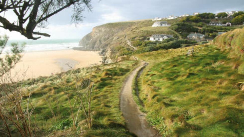SOL OG SAND: Selv om Cornwall ligger helt sør i England, kan du ikke regne med sydentemperatur på vannet. Men også englandsferien kan altså by på gode dager på stranda. Foto: RUNAR LARSEN