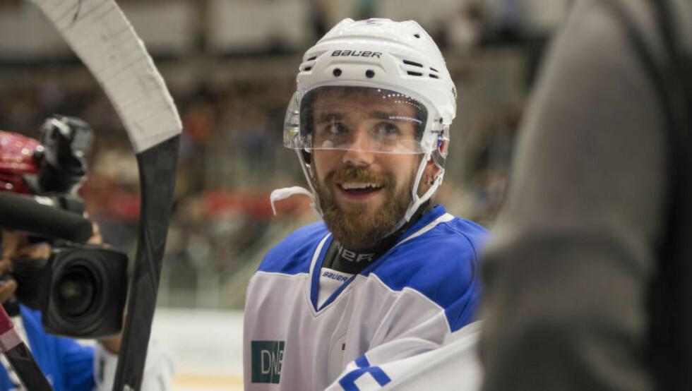 UBESEIRET: Stian Blipp bidro til en herlig stemning. Etterpå minnet han om at han nå er ubeseiret i ishockey-sammenheng. Foto: Carina Johansen  / NTB Scanpix