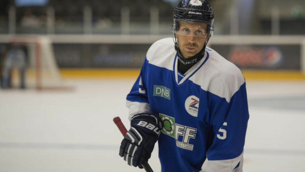 STORSPILTE: Komiker Morten Ramm var tidligere en habil fotballspiller. I kveld viste Ramm nye prov på idrettstalentet. Foto: Carina Johansen  / NTB Scanpix