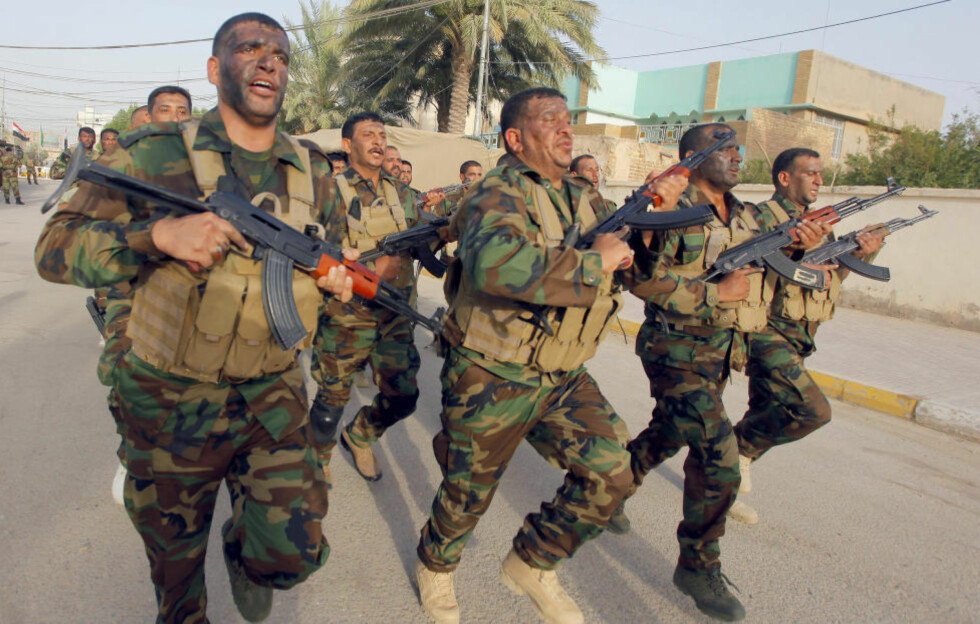GJØR SEG KLARE:  Sjia-lederen Moqtada al-Sadr har en rekke menn som nå er klare for å kjempe mot den ekstreme sunni-gruppa Den islamske stat of Irak og Levanten (ISIL), og trenger her i sjiamuslimenes hellige by Najaf i dag. Nå skal Iran også ha sendt inn folk for å hjelpe sjia-hæren, melder Pentagon. Foto: Alaa Al-Marjani/Reuters/Scanpix