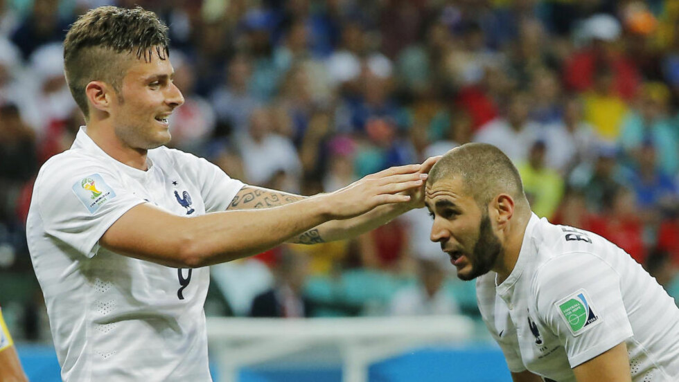 JUBEL:  Olivier Giroud (t.v) og Karim Benzema feirer ett av Frankrikes mål. Foto: AP Photo/David Vincent