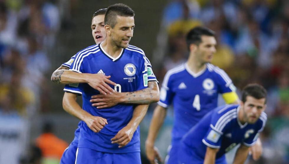 SAMHOLD: Ibisevic (foran) forteller om et sterkt samhold i det bosniske landslaget, som er i et VM-sluttspill for første gang. Foto: AP Photo/Kirsty Wigglesworth