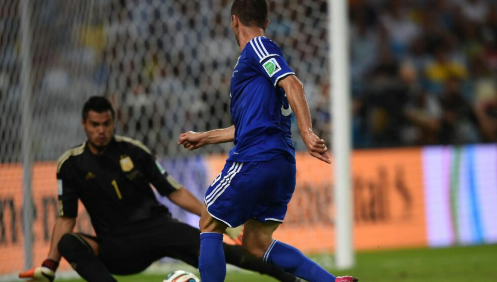 SCORET MOT ARGENTINA: Vedad Ibisevic scoret Bosnias eneste mål i 1-2-tapet mot Argentina søndag. Til Expressen forteller han om sin barndom preget av krig og flukt. Foto: AFP PHOTO / CHRISTOPHE SIMON