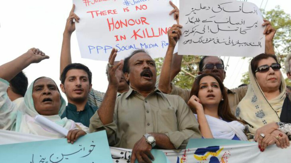 PROTESTER: Pakistanere uttrykker sine protester mot drapet på Farzana Parveen tidligere i år. Foto: AFT/NTB Scanpix.