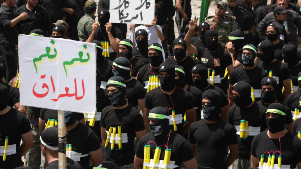 VISER STYRKE:  Sjia-lederen Muqtada al-Sadr og titusenvis av sjia-muslimske militære paraderte i dag i Bagdads gater for å vise sin styrke, og for å gi et signal til den sunni-muslimske ekstreme gruppa Den islamske stat i Irak og Levanten (ISIL) at de ikke har tenkt å la dem få overta kontrollen av den irakiske hovedstaden. Mange frykter den stadig større sekteriske spenningen i landet, og håper at sjiaer og sunnier kan samarbeide om å fjerne sunni-ekstremistene i ISIL. Foto: Wissm al-Okili/Reuters/Scanpix