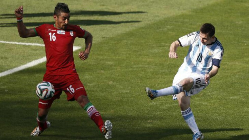 AVGJØRELSEN:  Lionel Messi skrur inn scoringen som sikret Argentina seieren på overtid. Foto: AFP PHOTO / ADRIAN DENNIS