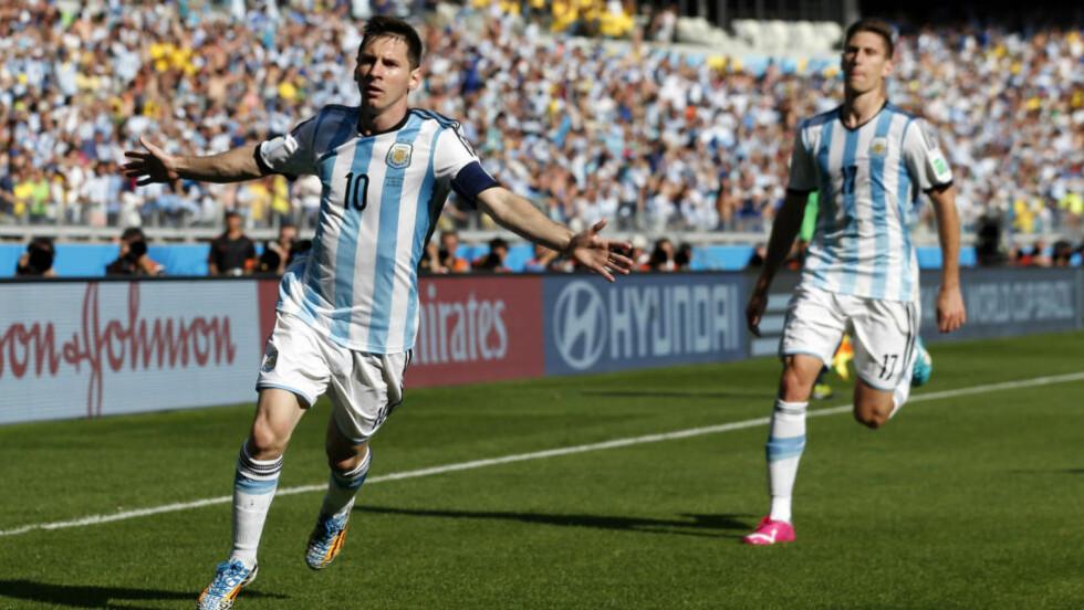 FIKSET SEIER:  Lionel Messi sikret tre argentinske poeng på overtid. Foto: AP Photo/Jon Super.