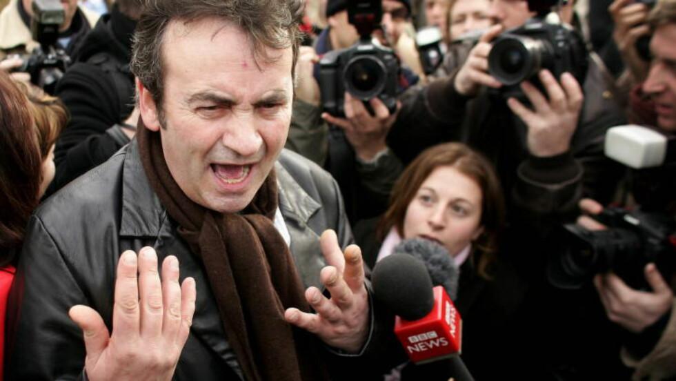 FIKK UNNSKYLDNING: Dette bildet fra 2005 viser Gerry Conlon utenfor Det britiske parlamentet etter å ha fått en unnskyldning fra statsminister Tony Blair. REUTERS/Kieran Doherty
