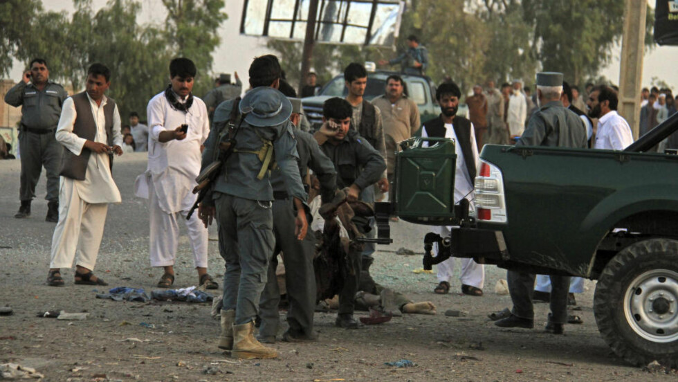 FLERE ANGREP:  Politiet i den afghanske byen Jalalabad fikk mye å gjøre i dag. Først ble en bombe sprengt like ved en politistasjon. LItt seinere angrep Taliban en NATO-base i byen. foto: Nisar Ahmad/Ap/Scanpix