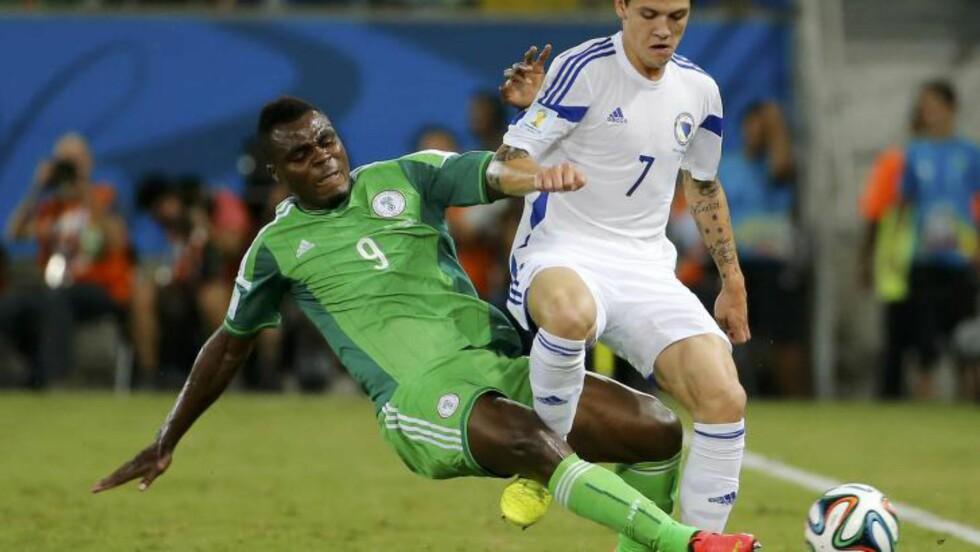 TØFFE TAK: Besic i duell med Nigerias Emmanuel Emenike. Foto: REUTERS / Eric Gaillard / NTB scanpix