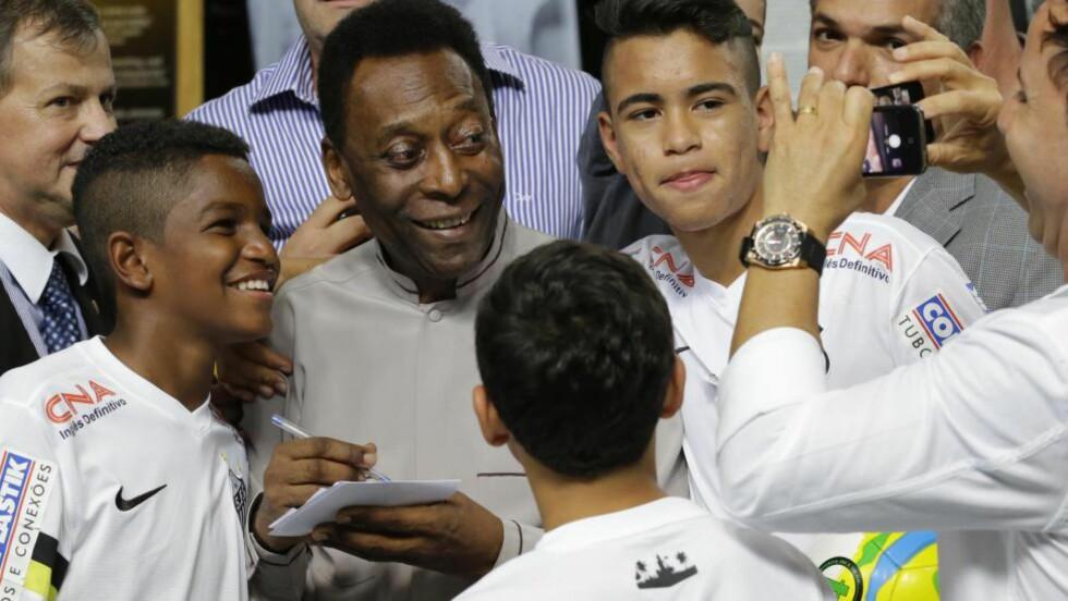 UTROLIG POPULÆR, MEN...: ... Pelé har nesten ikke vært å se under VM i hjemlandet Brasil. Det kan skyldes knute på tråden med FIFA, ifølge en historiker. Foto: AP Photo/Nelson Antoine