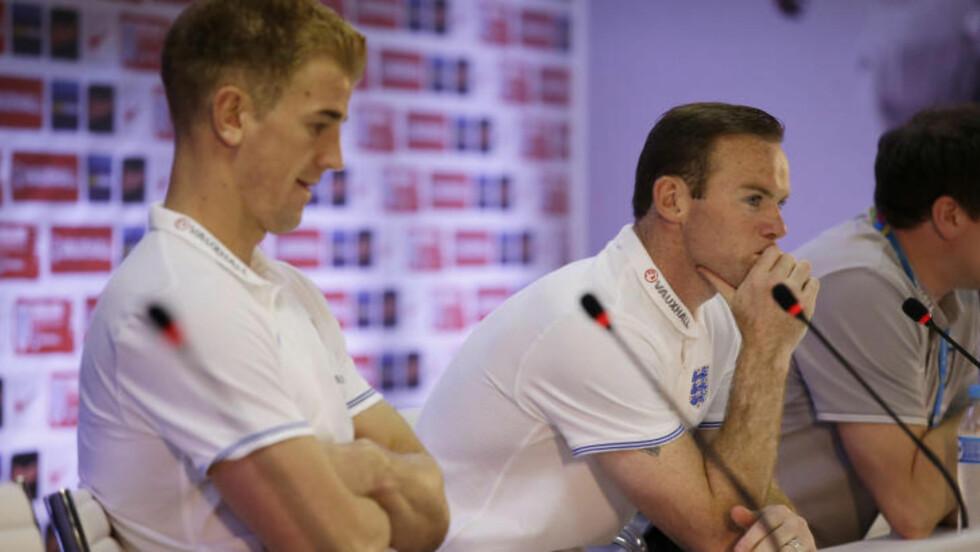 UTE: England, her representert ved keeper Joe Hart og Wayne Rooney, er allerede ute av VM. Foto: AP Photo/Matt Dunham
