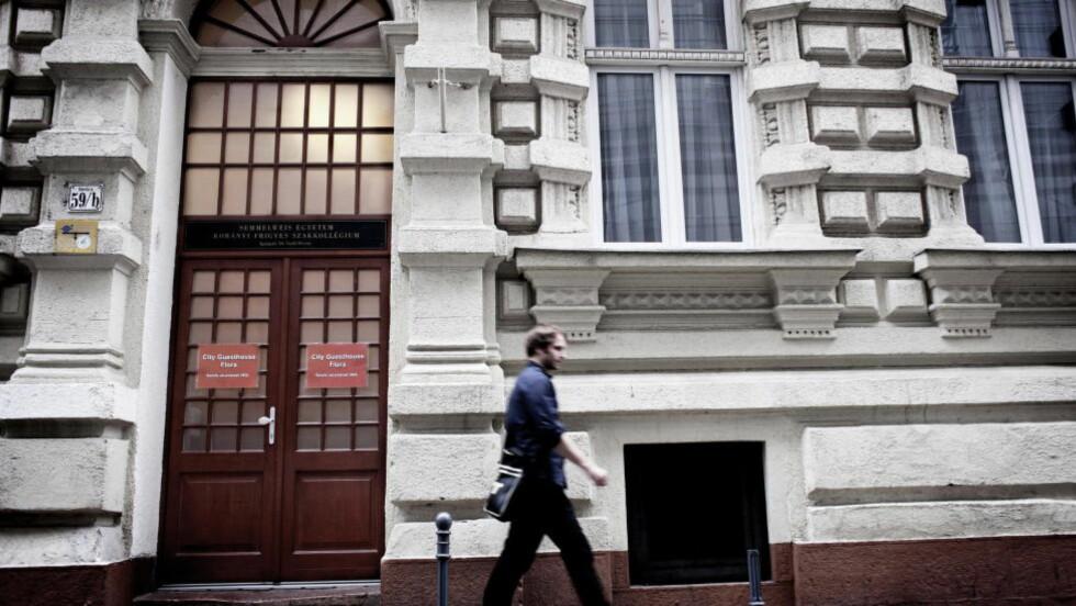 ÅSTEDET: På Pernilles rom på dette gjestehuset i Budapest ble den norske studenten drept. Her fant politiet Zhao Feis fingeravtrykk på kniven, og blodspor etter ham og henne. Foto: Gyula Sopronyi