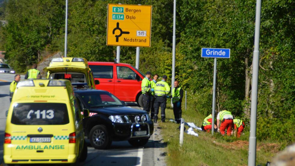 OMKOM:To personer omkom da en motorsykkel og en bil kolliderte på E134 ved Grinde i Tysvær kommune søndag ettermiddag. Foto: Kjell Bua / NTB scanpix
