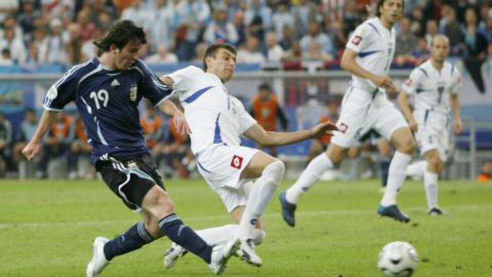 FORRIGE GANG: Ingen ringere enn Lionel Messi var fram til i dag den siste tenåringen til å score i et VM. Det gjorde han mot Serbia i 2006. Argentina vant kampen 6-0. Foto: REUTERS/Ina Fassbender/NTB Scanpix