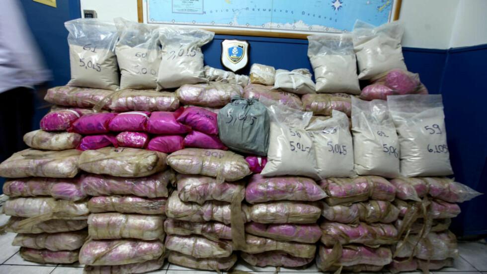 SMUGLET: Dette heroinbeslaget, gjort fredag 13. juni, veide 1133 kilo og har en estimert gateverdi på 250 millioner kroner. Foto: (AP Photo/Greek Coast Guard)