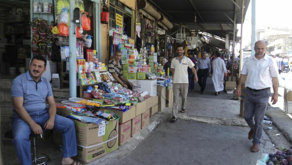 MARKEDET HOLDER ÅPENT:  Denne uka kom det bilder fra market i Mosul. Den islamske staten i Irak og Levanten nå har kontroll over millionbyen. Stemningen skal være langt over gjennomsnittet rolig. Folk røyker det de frykter kan være sin siste vannpipe, og til tross for den enorme fotballinteressen, er det framtida og ikke VM i Brasil som har innbyggernes fokus. Foto: Reuters/Scanpix